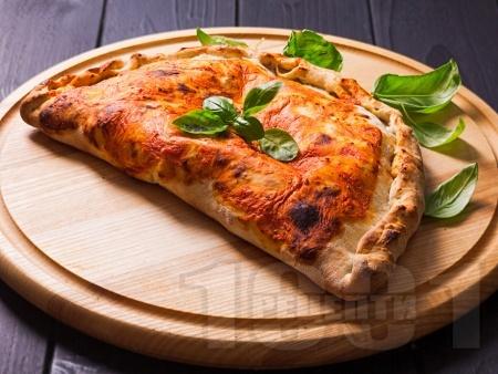 Пица калцоне пепероне с готово тесто - снимка на рецептата